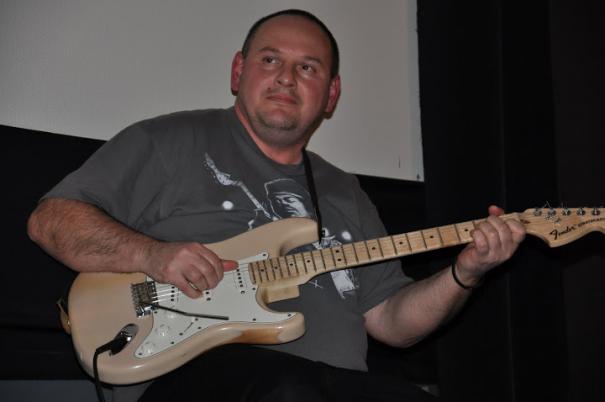 Rózsa György pedig gitározik